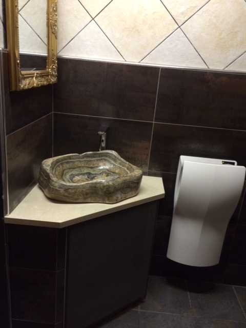 Onyx marmer wastafel bij Cafe Sporthuis in Raamsdonk  KeiGoedbe # Wasbak Urinoir_160023