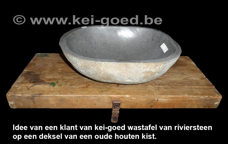 rivierstenen waskom op een deksel van een oude houten kist!  KeiGoedbe # Wasbak Deksel_090541