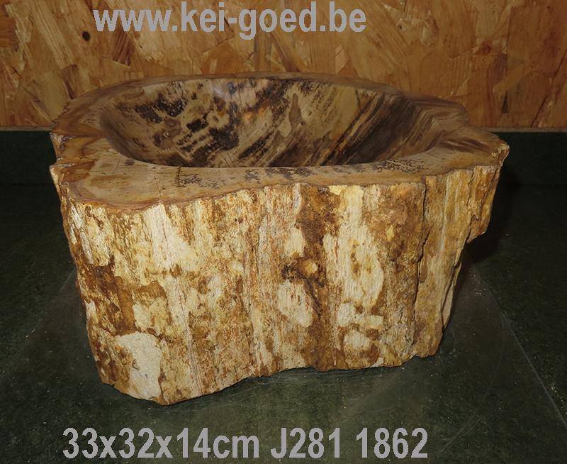 Exclusieve wastafel van versteend hout