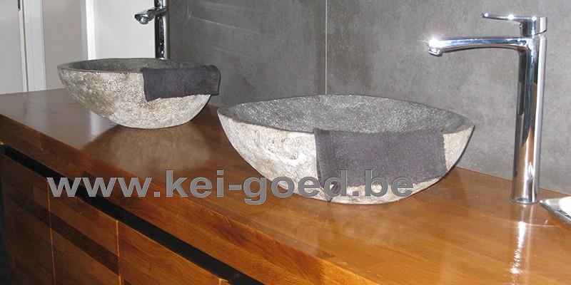 Thiierry meubles dans la salle de bains avec évier en pierre de rivière