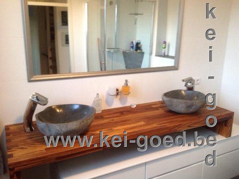 badkamer met rivierstenen waskommen