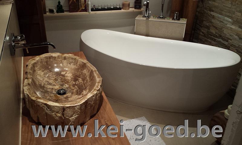 Versteend hout in moderne badkamer van marc versluis
