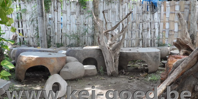 rivierstenen tafels en peddestal