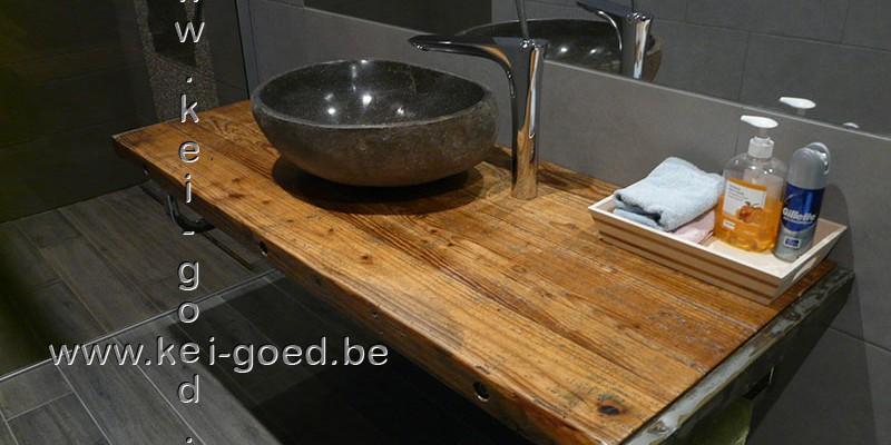 rivierstenen waskom op oud hout