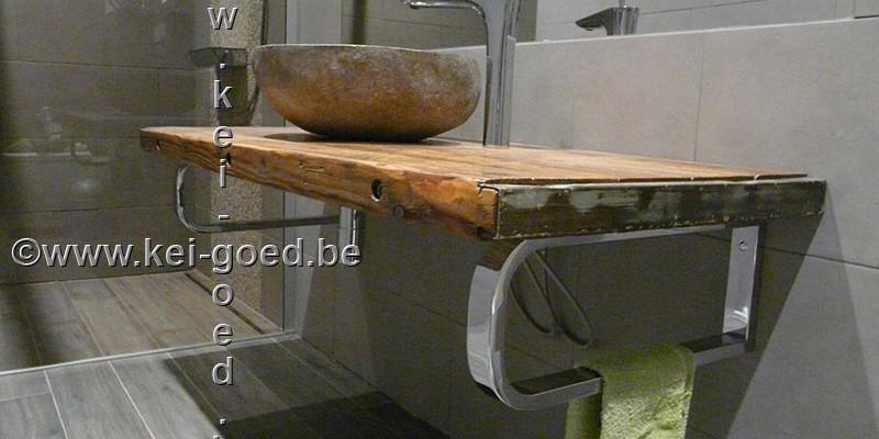rivierstenen wastafel op oude houten plaat
