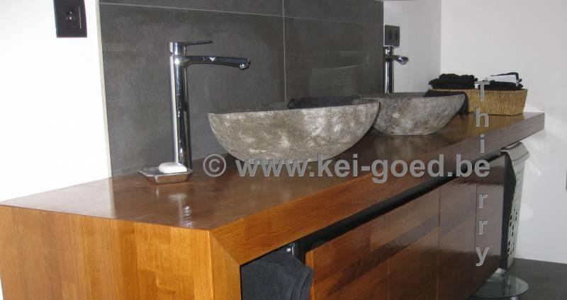 badmeubel van verlijmd eiken met rivierstenen wastafels