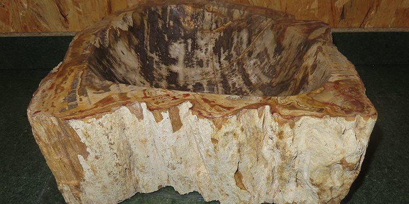 Wastafel van versteend hout