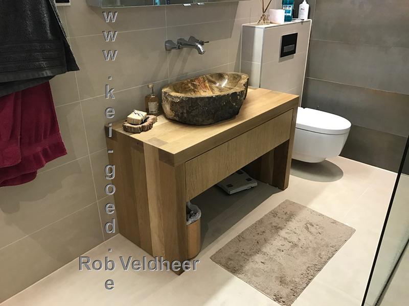 fossiel houten waskom in moderne badkamer