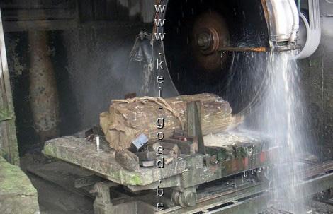 zagen van versteend hout