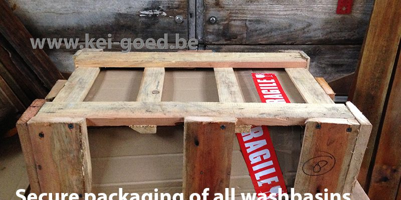 Secure packaging of all washbasins in a durable wood formwork.