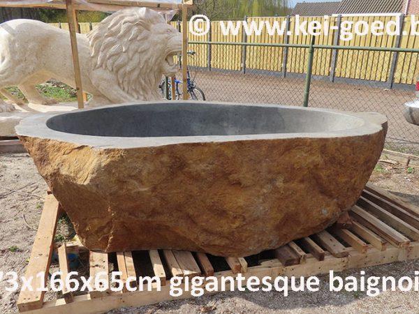 gigantesque baignoire en pierre naturelle