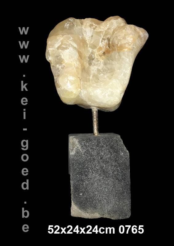 ornement onyx marbre au pied de la roche de lave