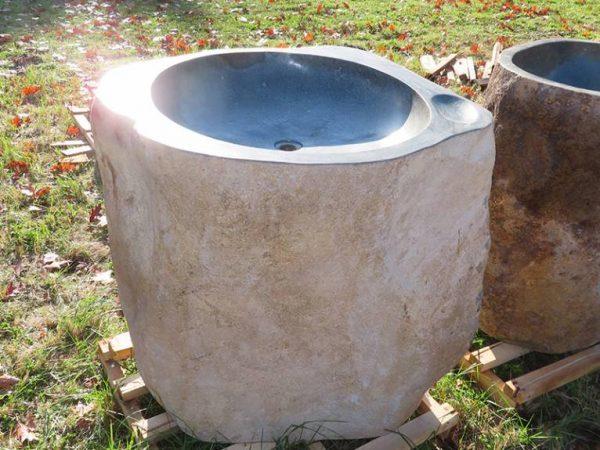 pedestal van riviersteen of fontein zuil van natuursteen