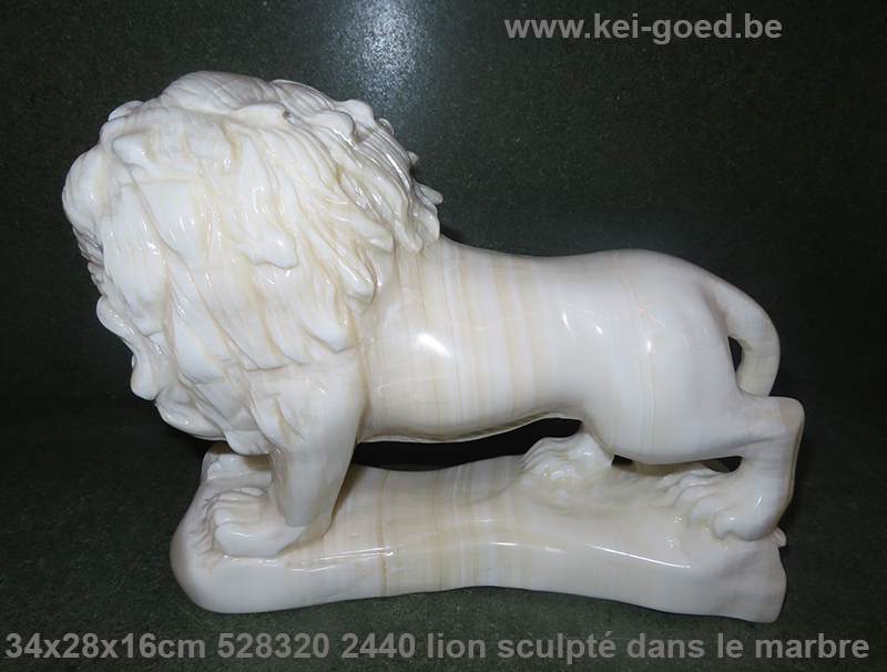 lion sculpté dans le marbre