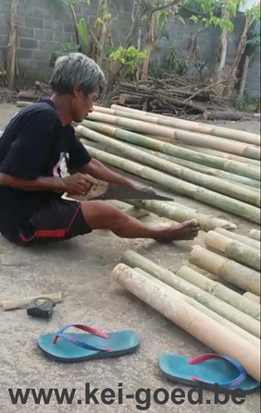 Het zagen van de bamboe latten ook handwerk zoals je kan zien.