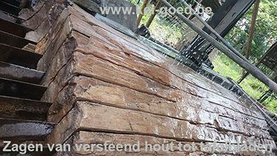 zagen van versteend hout tot tafelbladen